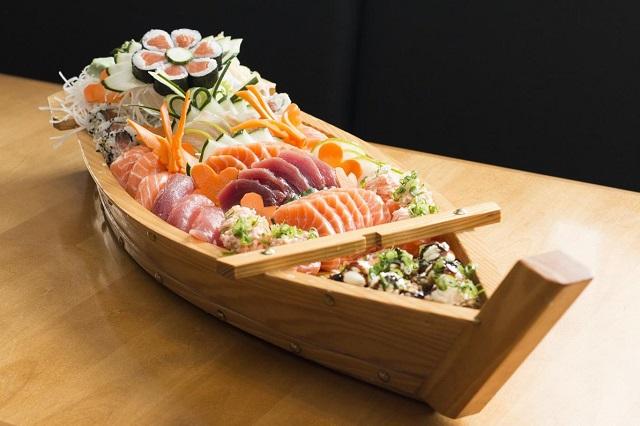 Sushi – món đặc sản và cũng là món ăn đường phố phổ biến của Nhật Bản.