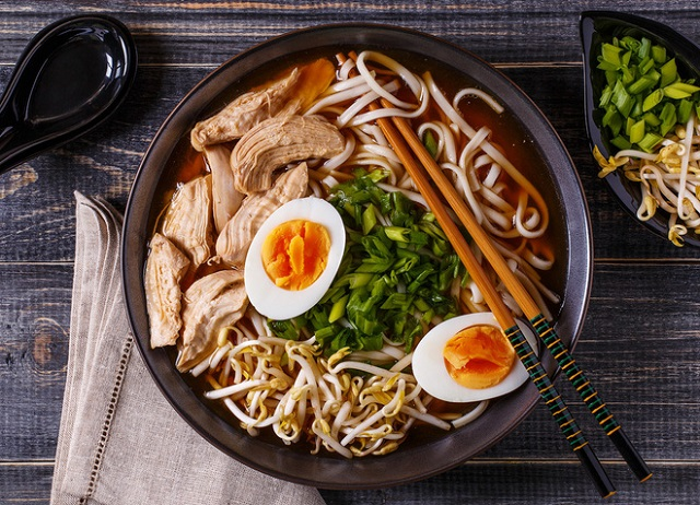 """Người Nhật cố gắng tạo nên tiếng """"xì xụp"""" khi ăn mỳ"""
