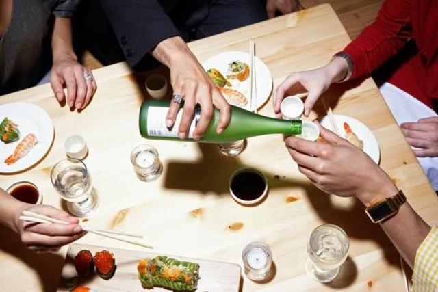 Rót đồ uống – phép lịch sự của người Nhật