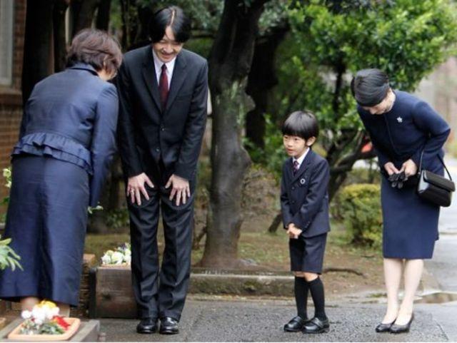 Cách cúi chào của người Nhật thể hiện sự tôn trọng